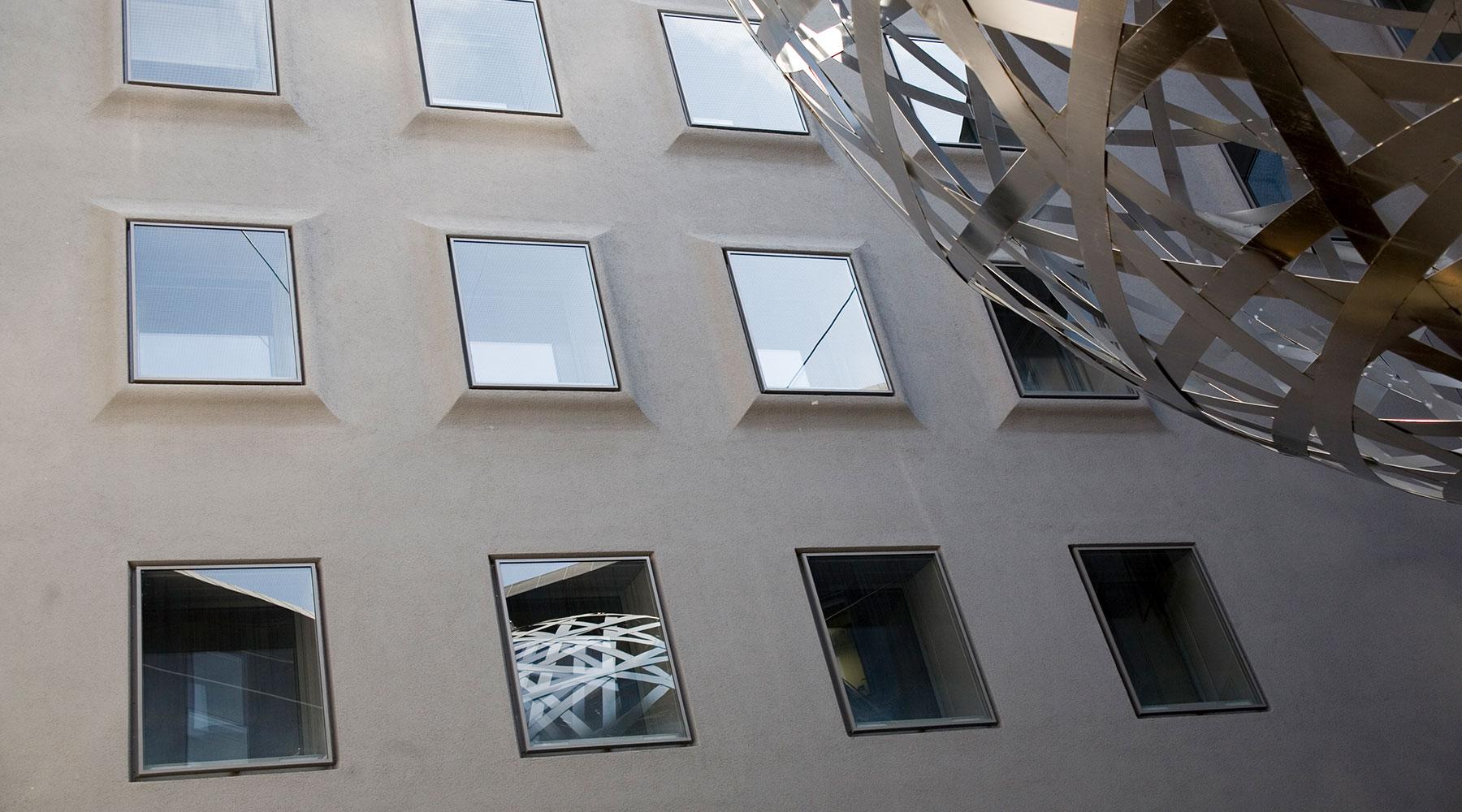 Symbolbild von Bürofenstern zum Thema Kleinunternehmen gründen